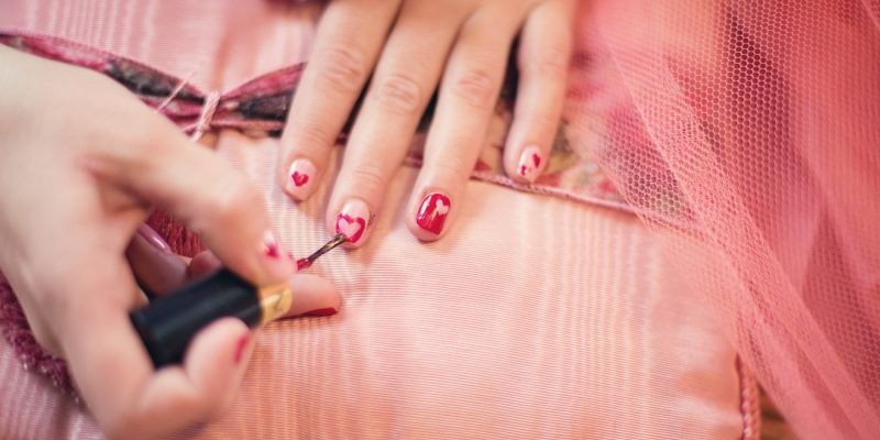 Gel Nail Polish vs Classic Nail Polis: Which is Better?
